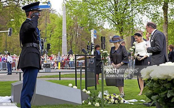 Dutch Queen Beatrix unveils on April 29 2010 in Apeldoorn the monument of remebrance for the victims of the incident on Queensday last year designed...