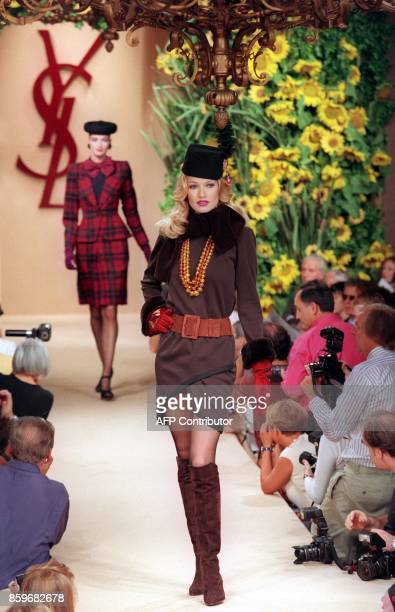 Dutch top model Karen Mulder presents a creation of French designer Yves Saint Laurent 20 July 1994 in Paris during haute couture Autumn/Winter 9495...