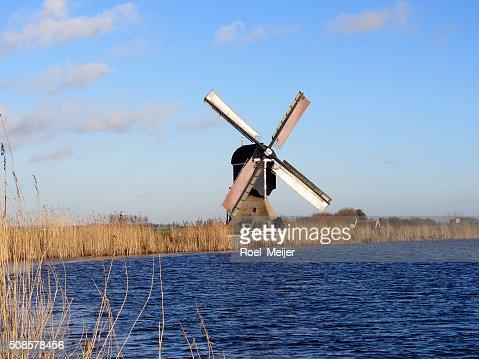 Dutch windmill along canal : Stockfoto