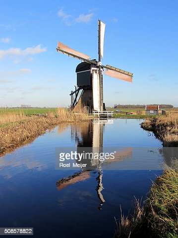 オランダの風車水に反映されています。 : ストックフォト