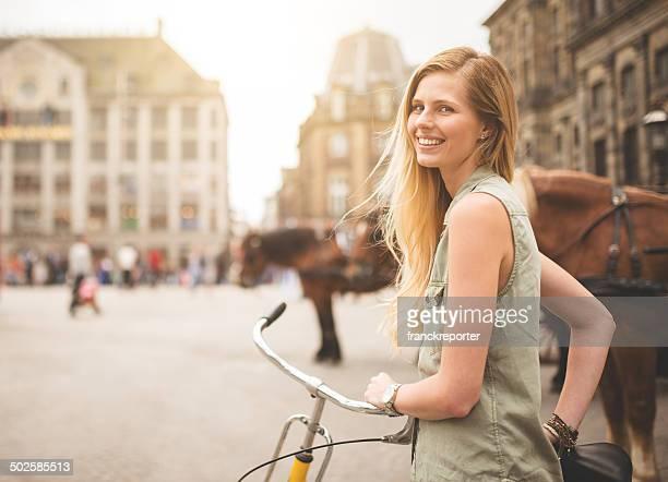 Dutch femme avec vélo à amsterdam à pied