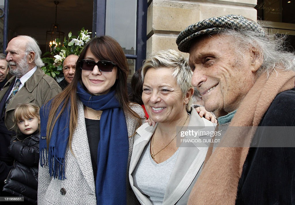 Dutch-Israeli singer Keren Ann (L) poses beside the widow of Henri Salvador, Catherine Costa (C), and Israeli violonist Ivry Gitlis (R) as they attend a ceremony to unveil a plaque to mark the building where French entertainer Henri Salvador had lived for 46 years, 6 place Vendome in Paris, on November 9, 2011.