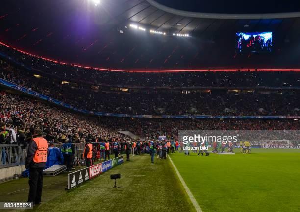 Dutzende Handys leuchten von den Zuschauerraengen beim Einmarsch der Mannschaften waehrend dem 5 Spieltag der Gruppe F UEFA Champions League FC...