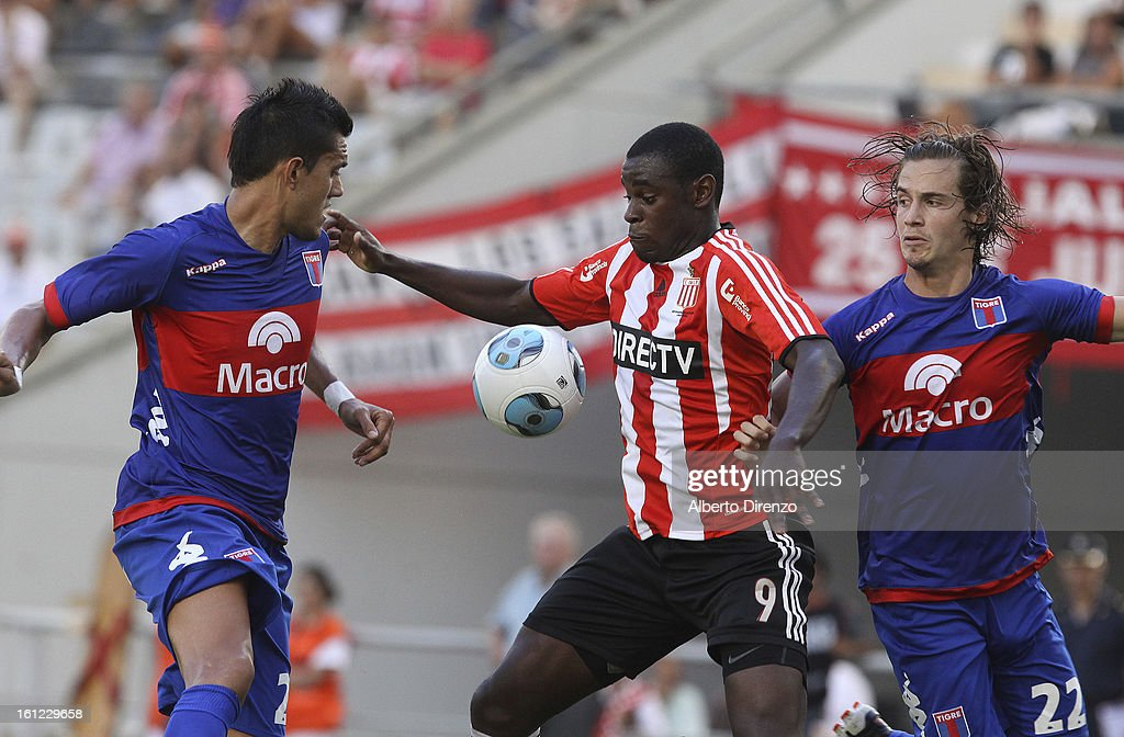 Duvan Zapata of Estudiantes de la Plata fights for the ball during a match between Estudiantes and Tigre as part of the 2013 Final Tournament on February 9, 2013 in La Plata, Argentina.
