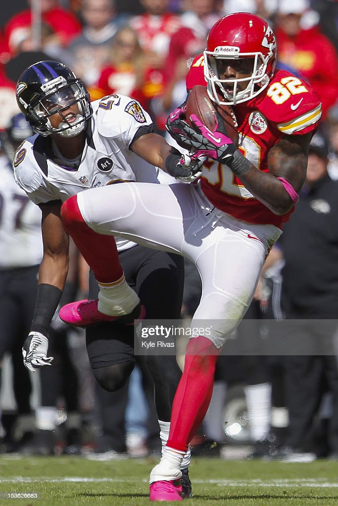 <a gi-track='captionPersonalityLinkClicked' href=/galleries/search?phrase=Dwayne+Bowe&family=editorial&specificpeople=2139865 ng-click='$event.stopPropagation()'>Dwayne Bowe</a> #82 of the Kansas City Chiefs makes a catch past the hands off Cary Williams #29 of the Baltimore Ravens near the fifty yard line midway in the fourth quarter on October 07, 2012 at Arrowhead Stadium in Kansas City, Missouri.