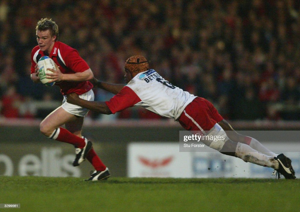 Dwayne Peel of Llanelli escapes the clutches of Serge Betsen of Biarritz during the Heineken Cup Quarter Final between Llanelli Scarlets and Biarritz...