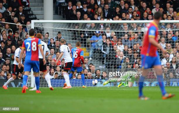 Dwight Gayle of Crystal Palace scores the opening goal during the Barclays Premier League match between Fulham and Crystal Palace at Craven Cottage...