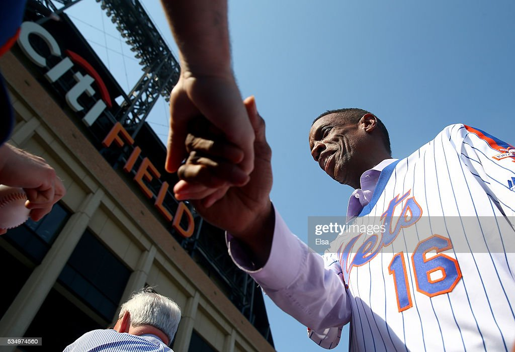 <a gi-track='captionPersonalityLinkClicked' href=/galleries/search?phrase=Dwight+Gooden&family=editorial&specificpeople=206257 ng-click='$event.stopPropagation()'>Dwight Gooden</a> #16 of the 1986 New York Mets greets fans on the red carpet before the game between the New York Mets and the Los Angeles Dodgers at Citi Field on May 28, 2016 in the Flushing neighborhood of the Queens borough of New York City.The New York Mets are honoring the 30th anniversary of the 1986 championship season.
