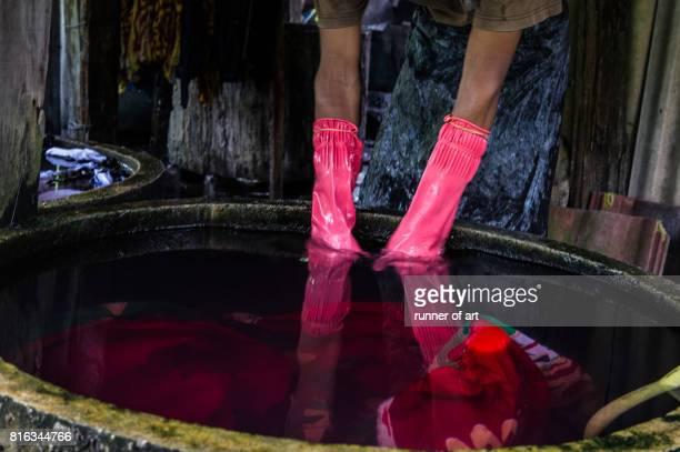 Dying washing batik