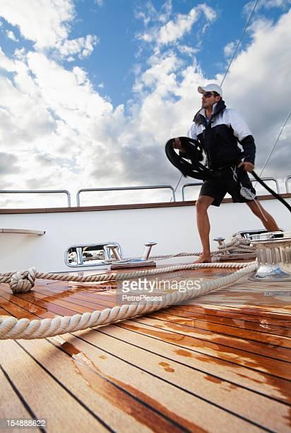 Dynamische Seeleute an Bord der Jacht Umgang mit Seil