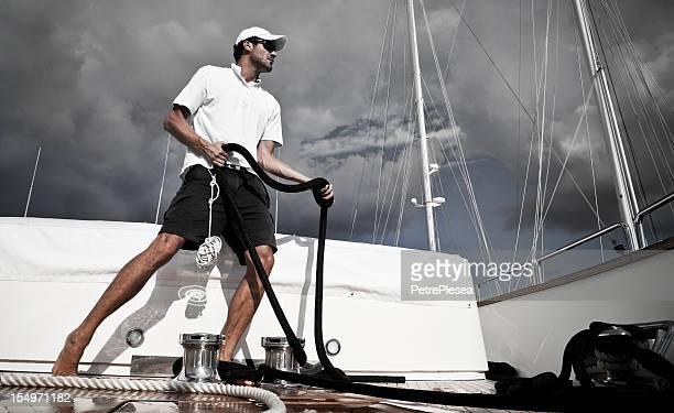 Dynamische Matrose auf motor yacht Segeln mit Seil