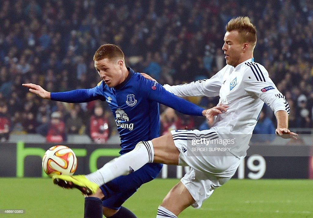 FC Dynamo Kiev's Russian forward Andriy Yarmolenko (R) and Everton FC's midfielder James McCarthy vie for the ball during the UEFA Europa League round of 16 football match between Dynamo Kiev and Everton in Kiev on March 19, 2015.