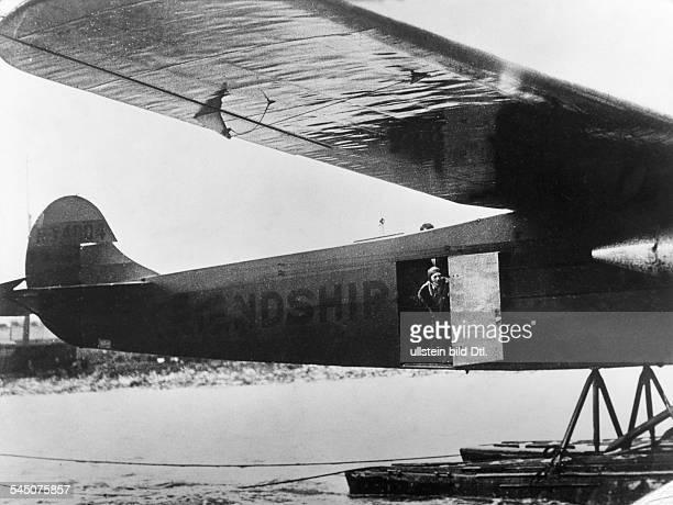 Earhart Putnam Amelia *24071897Fliegerin USAan der Tür des Flugzeugs 'Friendship'1928erschienen in Radio Revue 15/1959Foto Schirner