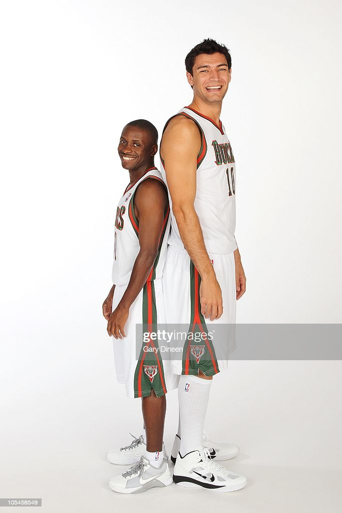 ¿Cuánto mide Earl Boykins? - Real height Earl-boykins-and-carlos-delfino-of-the-milwaukee-bucks-pose-for-a-picture-id105458549
