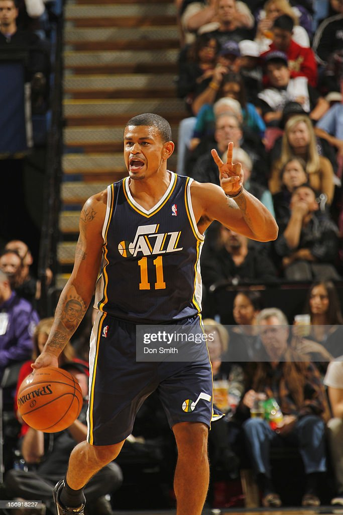 <a gi-track='captionPersonalityLinkClicked' href=/galleries/search?phrase=Earl+Watson&family=editorial&specificpeople=201841 ng-click='$event.stopPropagation()'>Earl Watson</a> #11 of the Utah Jazz calls out the play as he brings the ball up the court against the Sacramento Kings on November 24, 2012 at Sleep Train Arena in Sacramento, California.