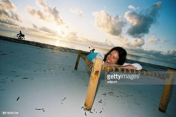 横に早く朝のビーチのサンライズ