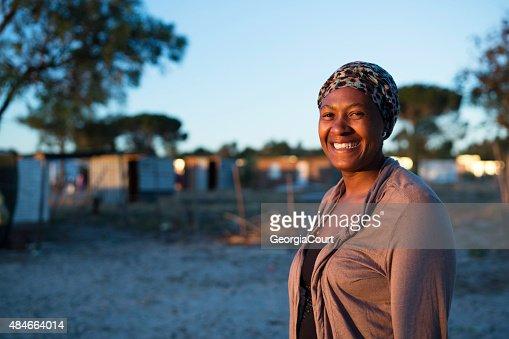 Matin portrait d'une femme africaine souriante
