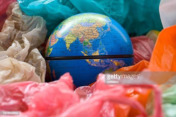Terre et des sacs en plastique