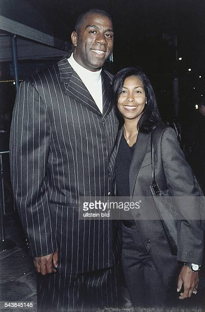 Earvin 'Magic' Johnson früherer USProfibasketballer und seine Frau Earletha 'Cookie' Johnson geb Kelly Magic Johnson trägt einen schwarzen Anzug...