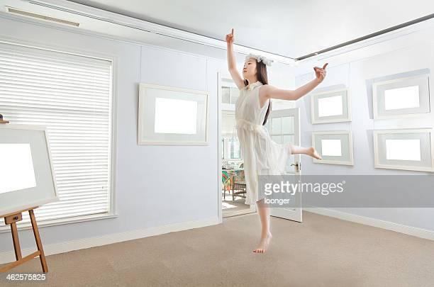 Est asiatique jeune fille danse dans le musée d'art
