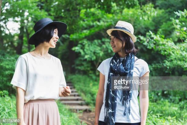 どの方向に行くを決定する東アジアの女性