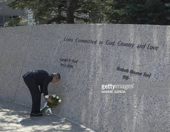 US President George W Bush places flowers at the grave of former US President Gerald R Ford in Grand Rapids Michigan 20 April 2007 AFP PHOTO/MANNIE...