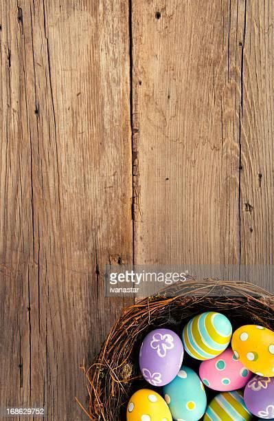 Ostern-Hintergrund mit Ei im Nest