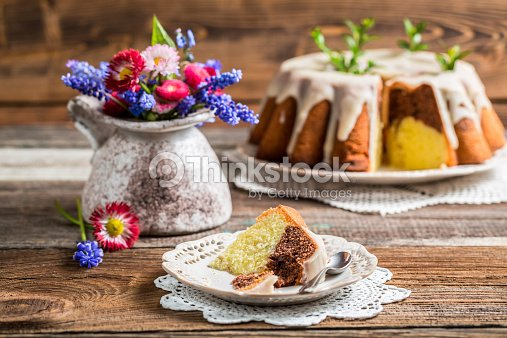 ostern kuchen und fr hling blumen stock foto thinkstock. Black Bedroom Furniture Sets. Home Design Ideas