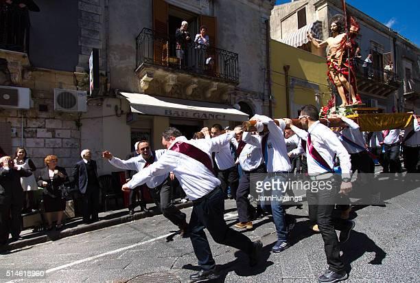 Processione di Pasqua giorno, in Sicilia : Uomo correre con la statua di Gesù