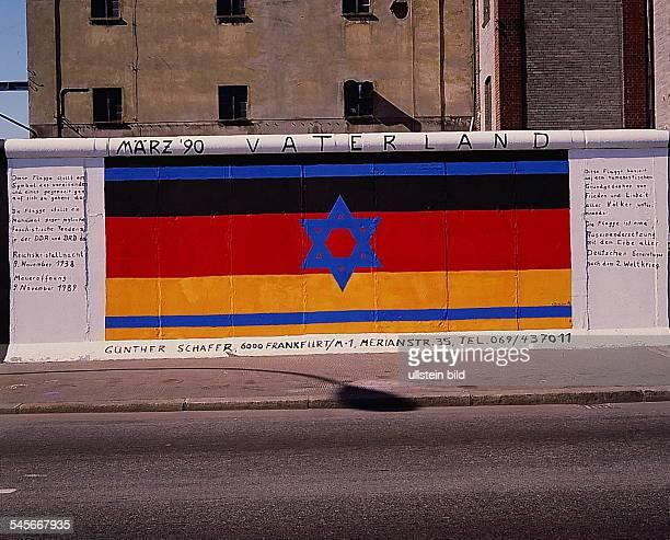 `EastSideGallery' auf der Ostseite derMauer in der Mühlenstrasse diebemalten Mauerstücke sollen auch nachÖffnung der Grenze erhalten bleiben 1990