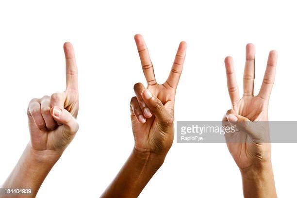 Fácil como 1,2,3! Mãos contando contra branco