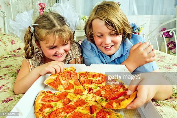 Essen pizza zu Hause fühlen