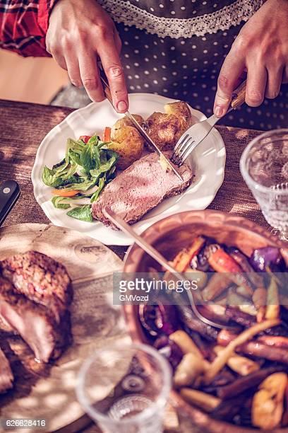 Essen Roastbeef mit Kartoffeln und Wurzelgemüse