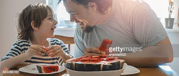 Manger pastèque ensemble