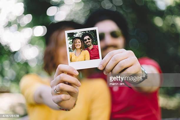 Excentrique couple tenant un selfie de polaroid