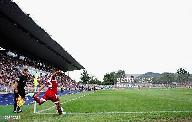 Eckball Rafael van der Vaart of Hamburg during the DFB Cup between SV Schott Jena and Hamburger SV at ErnstAbbeSportfeld on August 04 2013 in...