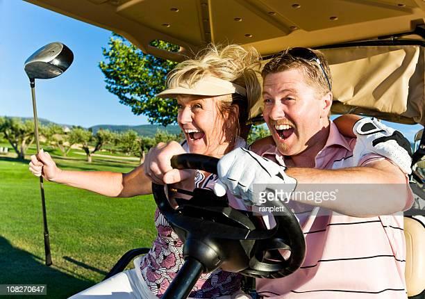Verzückt Paar in einem Golf Cart.