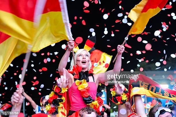 Begeistert Fußball-Fan in für Besucher zugänglichen Bereich Brandenburger Tor