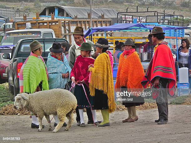 Sansquisili Quechua at the weekly market in the little village