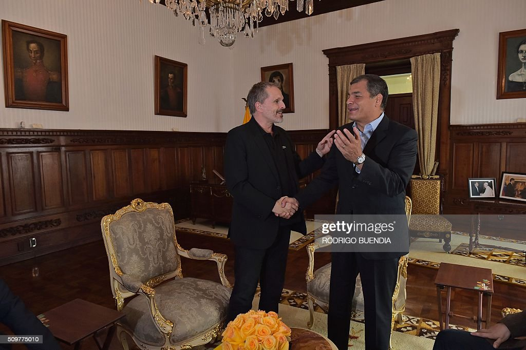 Ecuadorean president Rafael Correa (R) chats with Spanish singer Miguel Bose during a meeting at the Carondelet presidential palace in Quito, on February 12, 2016. AFP PHOTO / RODRIGO BUENDIA / AFP / RODRIGO BUENDIA
