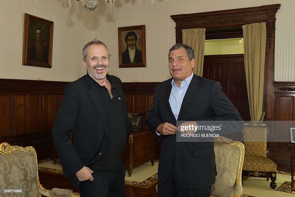 Ecuadorean president Rafael Correa (R) laughs with Spanish singer Miguel Bose during a meeting at the Carondelet presidential palace in Quito, on February 12, 2016. AFP PHOTO / RODRIGO BUENDIA / AFP / RODRIGO BUENDIA