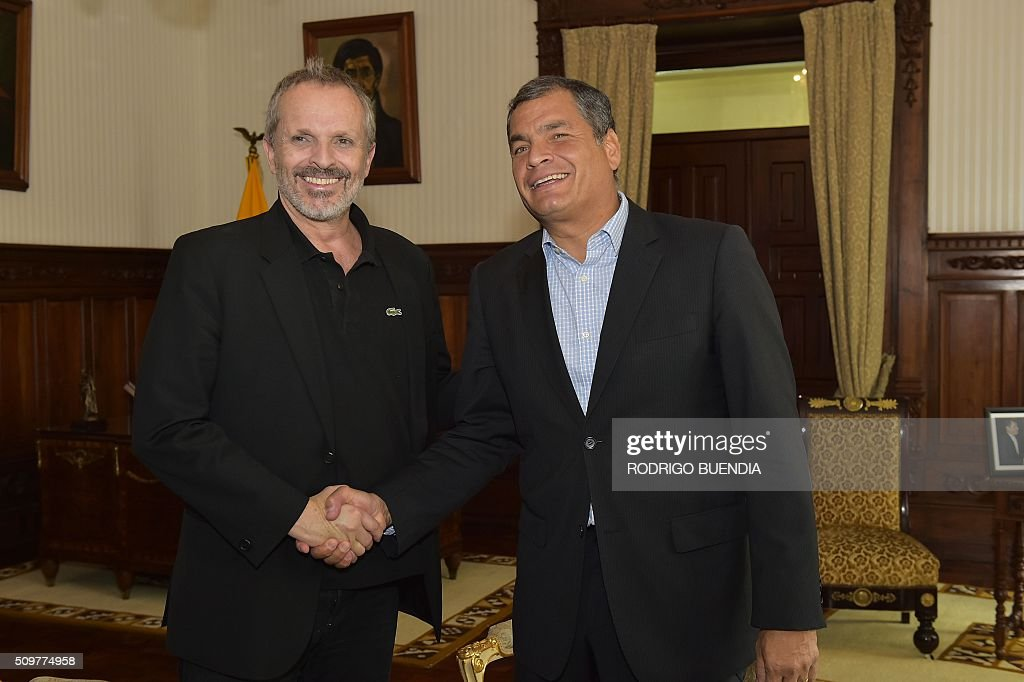 Ecuadorean president Rafael Correa (R) shakes hands with Spanish singer Miguel Bose during a meeting at the Carondelet presidential palace in Quito, on February 12, 2016. AFP PHOTO / RODRIGO BUENDIA / AFP / RODRIGO BUENDIA