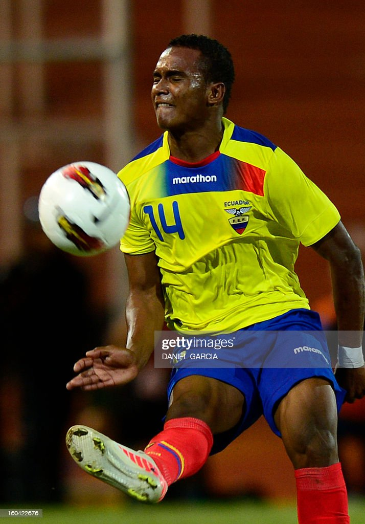 Ecuador's defender Pedro Velasco takes the ball with during their South American U-20 final round football match against Peru at Malvinas Argentinas stadium in Mendoza, Argentina, on January 30, 2013. Four teams will qualify for the FIFA U-20 World Cup Turkey 2013. AFP PHOTO / DANIEL GARCIA