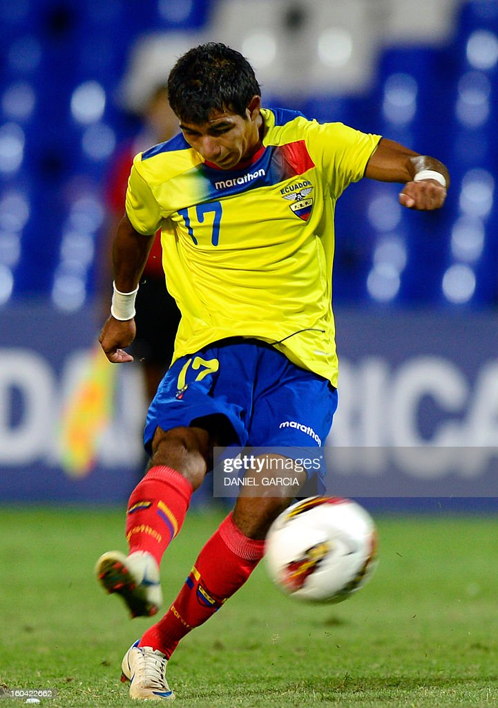 Ecuador's midfielder Junior Sornoza takes the ball with during their South American U-20 final round football match against Peru at Malvinas Argentinas stadium in Mendoza, Argentina, on January 30, 2013. Four teams will qualify for the FIFA U-20 World Cup Turkey 2013.