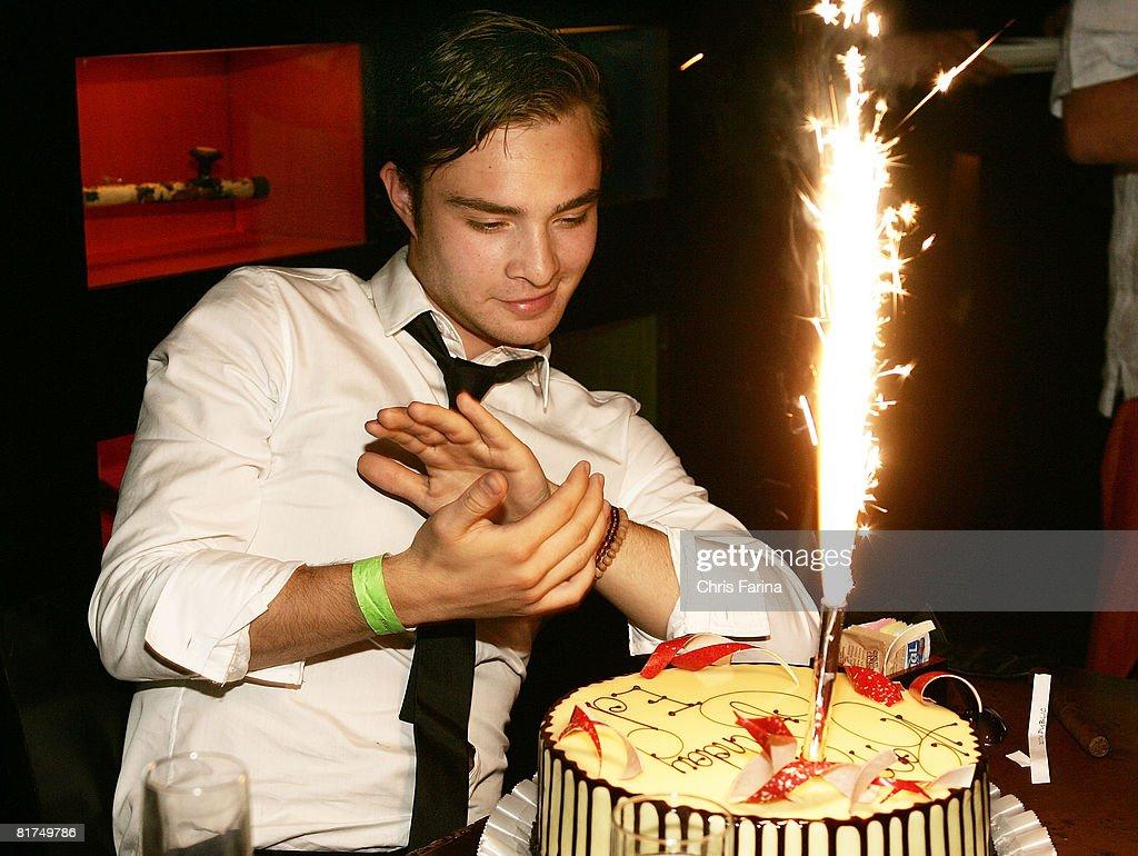 Photos et images de Ed Westwick of Gossip Girl celebrates 21st