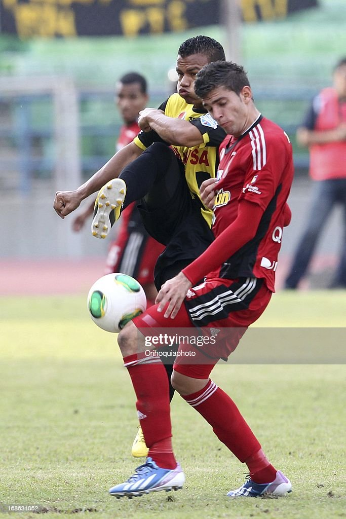Edder Farias of Caracas FC in action during a match between Caracas FC and Deportivo Tachira as part of the Torneo Clausura 2013 at Olympic stadium on May 12, 2013 in Caracas, Venezuela.