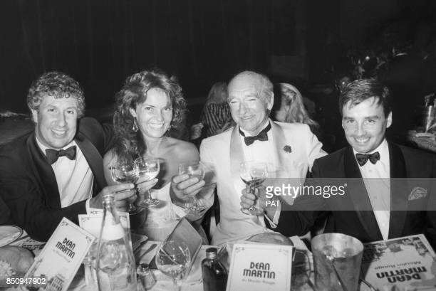 Eddie Barclay et son épouse Cathy entourés de Stéphane Collaro et Thierry Le Luron lors d'un dîner au MoulinRouge le 4 juillet 1984 à Paris France