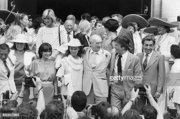 Eddie Barclay et son épouse Cathy lors de leur mriage à la mairie de NeuillysurSeine avec également Henri Salvador Danièle Evenou Alain Delon et Jean...