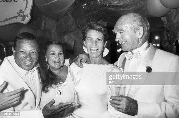 Eddie Barclay le jour de son mariage avec Cathy Esposito et à gauche Henri Salvador et son épouse Sabine de Ricou en juin 1984 France