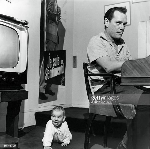 Eddie Constantine Put Hollywood Knock Out Eddie CONSTANTINE répète au piano toutes ses chansons Son meilleur public sa fille Barbara 9 mois